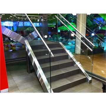 מדרגות נירוסטה ומעקה זכוכית