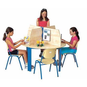 שולחן עגול ומחיצת מרחבים